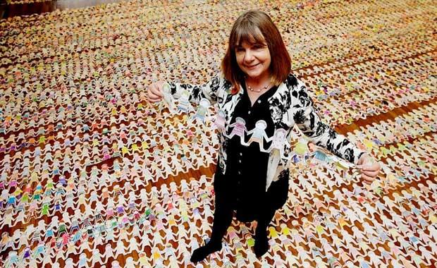En uzun kağıt bebek zinciri (MacMillian Çocuk Kitapları)