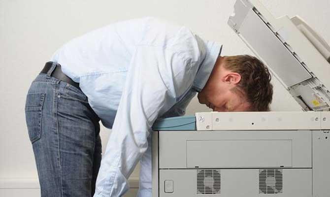Fotokopi çekerken dişini kırmak