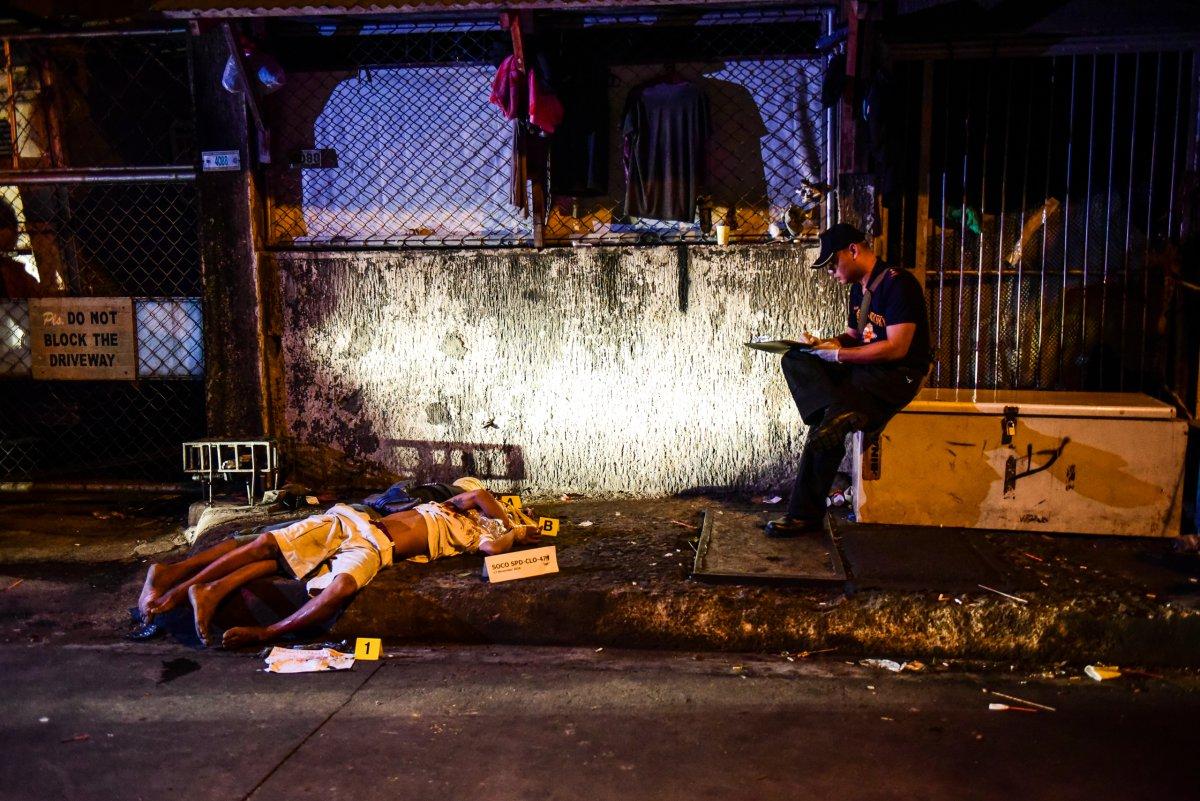 Ceset sayısı arttıkça, sokakları kanlı gören fotoğrafçıların sayısı da arttı. Cinayetler, TIME dergisinden James Nachtwey ve Daniel Berehulak gibi tecrübeli fotoğrafçılar böyle görüntülendi.