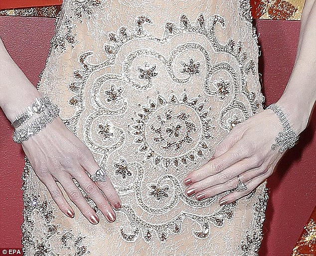 Oscar gecesindeki tuhaf alkışlaması olay olan Nicole Kidman, kendisiyle alay edenlere günler sonra cevap verdi: