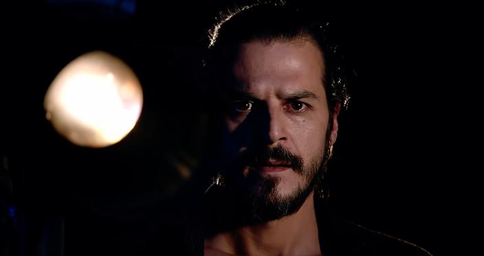 Mehmet Günsür, dizide Serenay Sarıkaya'nın canlandırdığı karaktere sonsuz aşk besleyen bir müzik hocası.