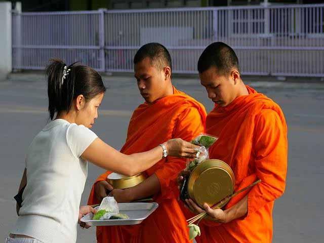 5. Buda, resmedildiği gibi şişman değildi çünkü zamanının çoğunu yoksul ve aç insanları anlamak için oruç tuttarak geçiriyordu.