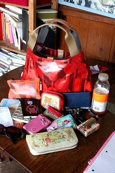 Kadınlar çantalarında ne taşır?