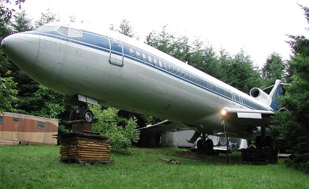 Ormanda uçağıyla yaşıyor...