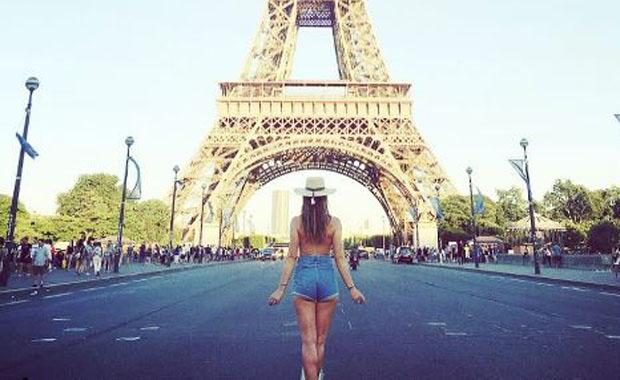 Genç kadın dünyayı çıplak geziyor