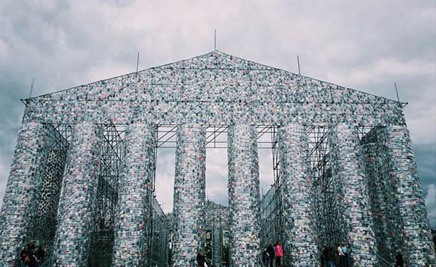 Yasaklanmış kitaplardan anıt inşa etti