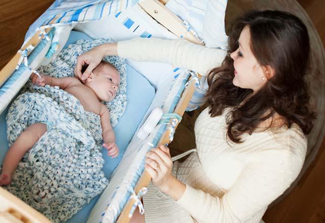 Bebeği sallayarak uyutmak zararlı mıdır?