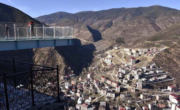 Torul Kalesi seyir terası manzarasıyla büyülüyor