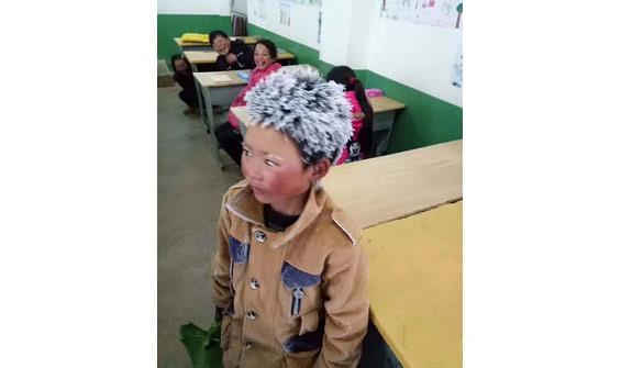 Çinli çocuk okula gitmek için dondurucu soğukta kilometrelerce yürüdü