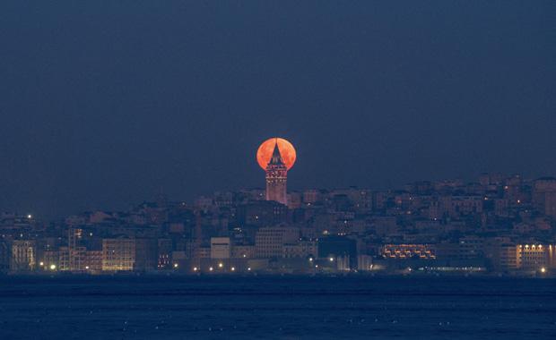 İstanbul'daki Kanlı Mavi Ay dünyanın gündeminde