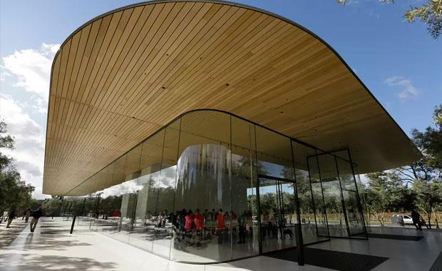 Apple çalışanları Apple Park'ın cam kapılarına çarpıp yaralanıyor