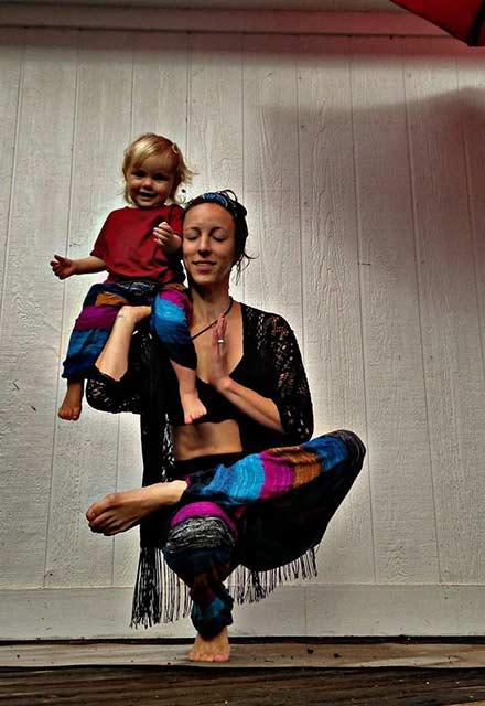 Yoga yaparken bebeğini emziren anne