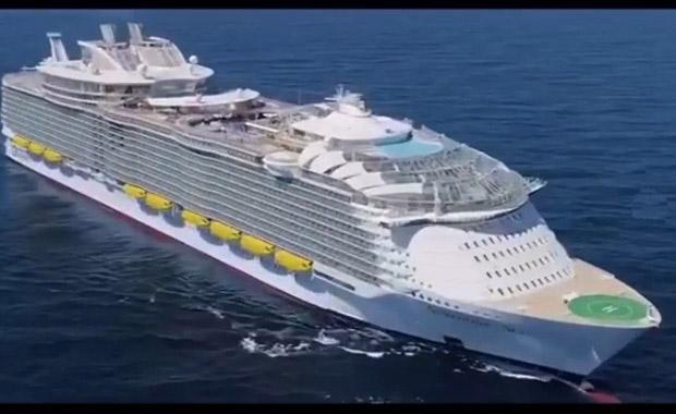 Dünyanın en büyük gemisinde fotoğraf çekerek para kazanıyor