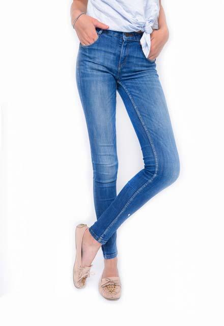 Bacak boyunu uzun gösteren kot pantolonlar