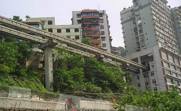 Çin'de binaların içinden geçen tren