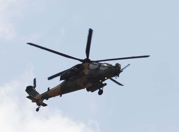 ATAK helikopterleri NATO Zirvesi'nde şov yaptı