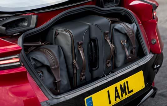 Aston Martin DBS Superleggera sahneye çıktı