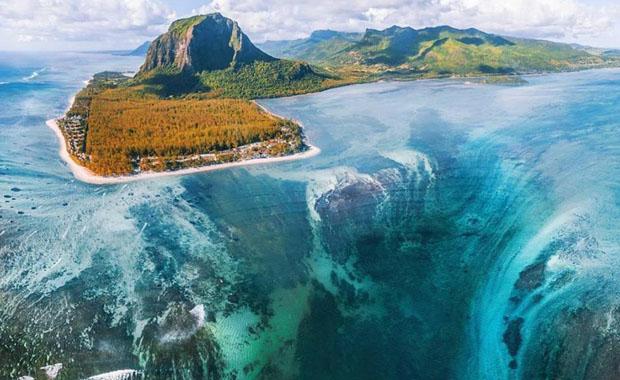 Mauritius'taki su altı şelalesi büyük ilgi görüyor