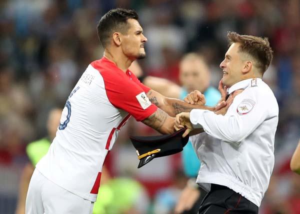 Final maçında sahaya taraftar girdi, Lovren çıldırdı!