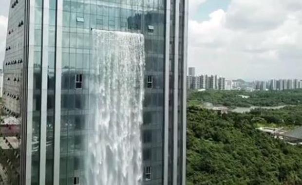 Çin'de şelalesi olan gökdelen inşa edildi