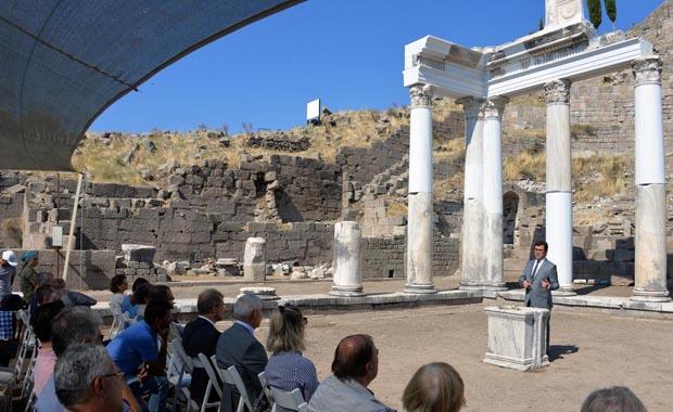 Pergamon'da restore edilen sütunlar törenle açıldı