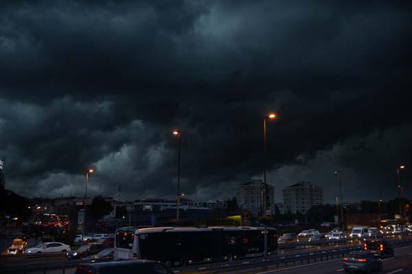 İstanbul'da ürkütücü görüntü! Şehri çevreledi...