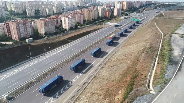Peşpeşe ilerleyen TIR'lar havadan fotoğraflandı