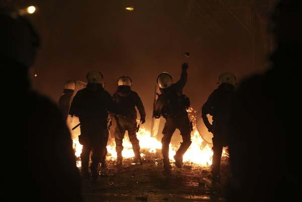 Komşu fena karıştı! Polis ile göstericiler arasında çatışma çıktı