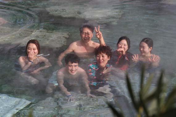 Antik havuzda eksi 2 derecede yüzdüler