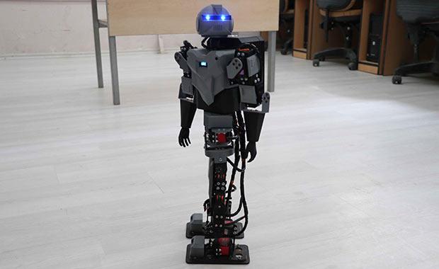 İnsansı robot ürettiler! Hem de liseliler...