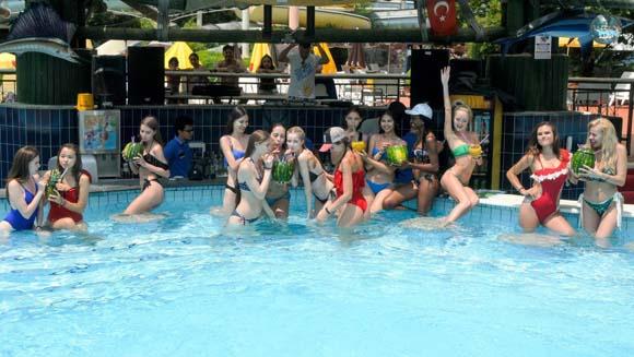 'Miss Apollon' güzellerinin havuz keyfi