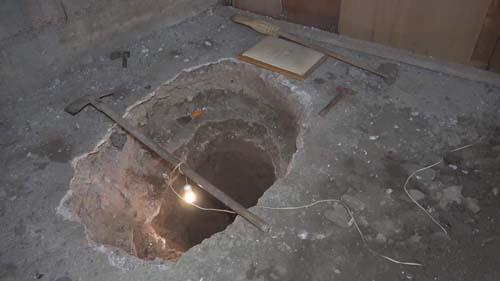 Tadilat yaparken buldu!  2 metre derinliğindeki çukurun içinde...