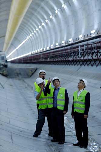 Nagy emberek (Davutoğlu) a még nagyobb alagútban - Forrás: Milliyet
