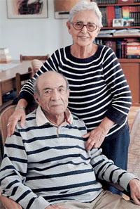 """Mülkiyeliler Birliği'nin """"2007 Mülkiye Büyük Ödülü""""nü rahatsızlığı nedeniyle Aren'in yerine eşi Munise Aren almıştı"""