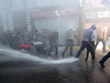 Polis göz açtırmadı, sendikalar yürüyüşten vazgeçti