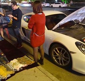 Ailesinin aldığı Porsche'a benzin koyabilmek için..