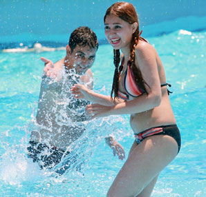 İranlı turistlerin su parkı eğlencesi