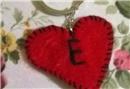 Keçeden kırmızı kalp anahtarlık