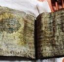 Altın varaklı bin yıllık İncil ele geçirildi