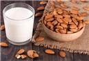 Cilt temizliği için badem sütü