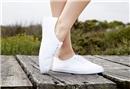 Beyaz spor ayakkabılarınızı 9 yöntemle temiz tutun
