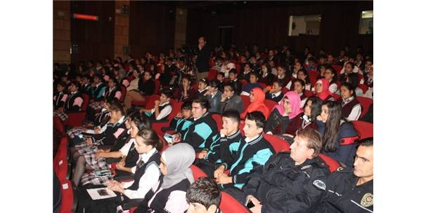 Iğdır'da tiyatro gösterimi