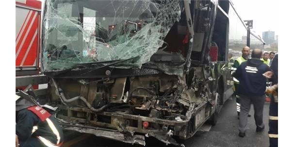 Sefaköyde otomobil metrobüsle çarpıştı: 5 yaralı 14
