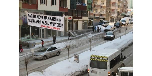 HAKKARİ'DE ASILAN PANKARTLAR İNDİRİLDİ
