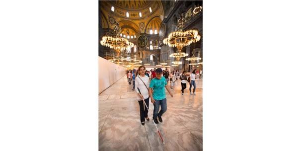 GÖRME ENGELLİ ÖĞRENCİLER, İSTANBUL'DA TARİH YOLCULUĞUNA ÇIKARILDI