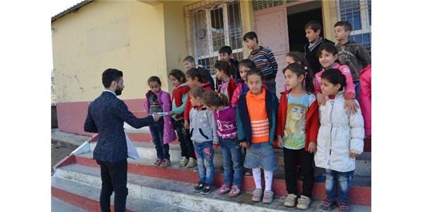 Genç Esnaftan Öğrencilere Kırtasiye Yardımı