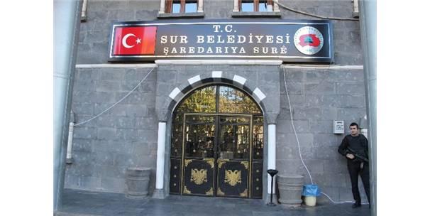 Sur Belediyesi'ne 15 Yıl Sonra Türk Bayraklı Tabela Asıldı