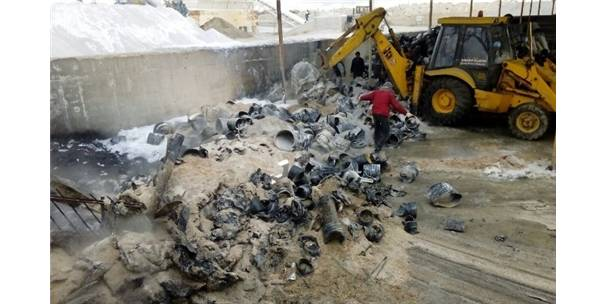 Kanalizasyon Şantiyesindeki Kullanılmayan Plastik Boru Atıkları Yandı