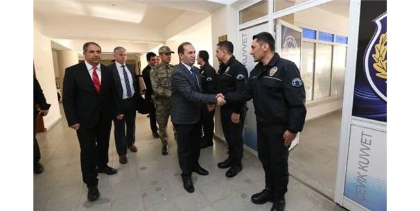 Vali Işık İle Komutanlardan Polislere Moral Desteği