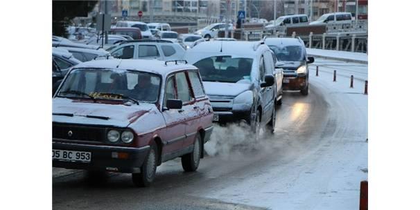 Amasya'da Buzlanan Yollar Zor Anlar Yaşattı
